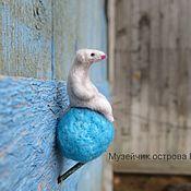 Войлочная игрушка ручной работы. Ярмарка Мастеров - ручная работа Мышонок из шерсти.Валяная мышка в подарок.белая мышь на голубом шарике. Handmade.