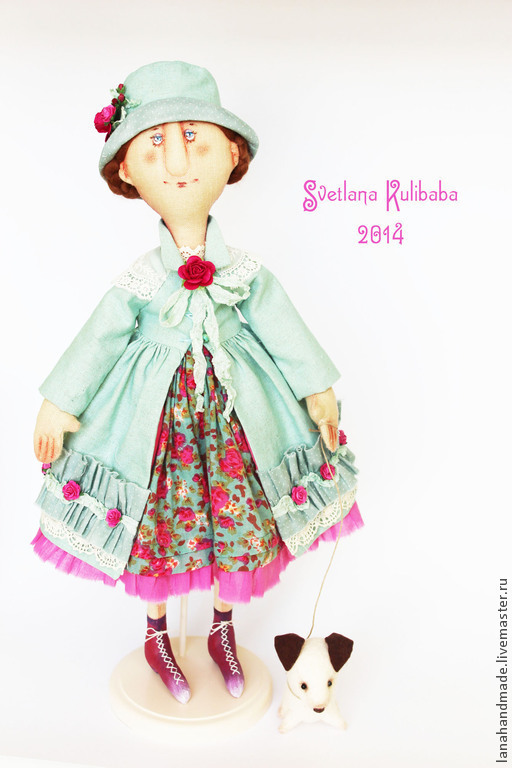 Кукла высотой 50 см. Материалы: лён, хлопок, хлопковое кружево, цветы бумажные ручной работы. Роспись масляная, акрил, пастель. Собачка- фетр. Прилагается деревянная подставка.