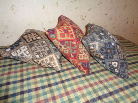 3 уютные шерстяные подушки, выполнены из шерсти 100%, с обеих сторон. Рисунок - восточный килим. Наполнение - холлофайбер. 30х30 см.