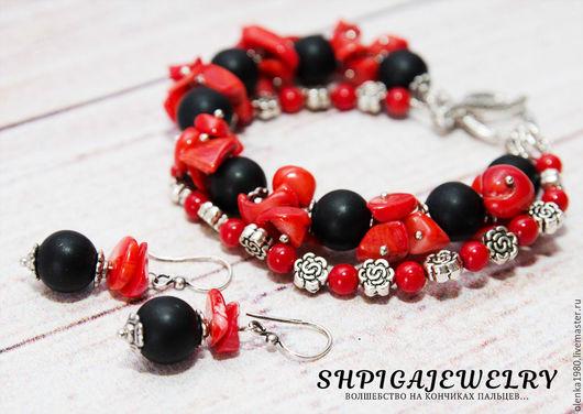 Комплект украшений с кораллом и черным агатом `Красное и черное`