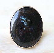 Кольцо серебряное с нуумитом овальное