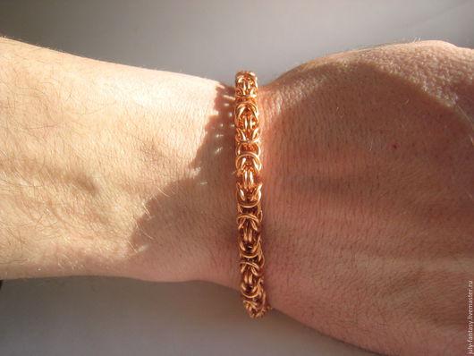 Медный браслет выполнен в технике кольчужного плетения. Плетения универсально, подходит и мужчине и женщине. Замочек можно поставить фабричный.