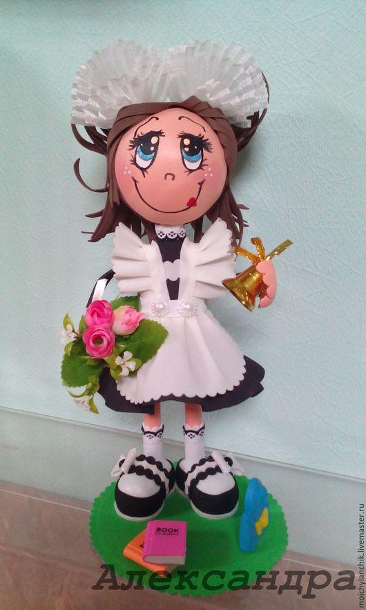 `Школьница`- интерьерная куколка выполнена из фоамирана и декоративных элементов. Хороший подарок для любимого Учителя, выпускнице или первоклашке.