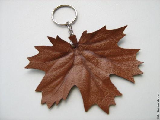 Брелок для ключей. Натуральная итальянская кожа. Брелок достаточно большой, но легкий. Благодаря этому ключи в сумке не затеряются. Размер 10-11 см. Цена 100 руб.