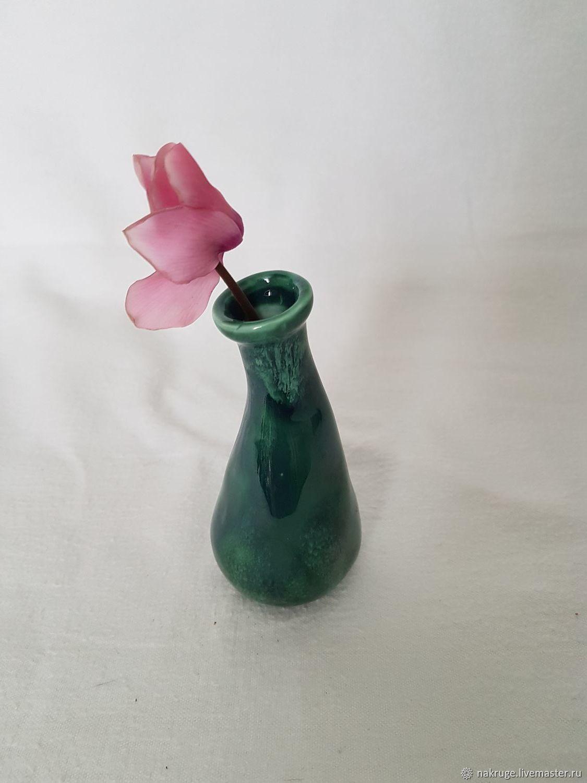 Декоративные вазочки разных цветов