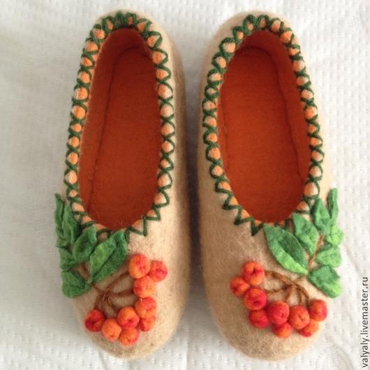 Обувь ручной работы. Ярмарка Мастеров - ручная работа. Купить валяные домашние тапочки Рябинка. Handmade. Бежевый, шерсть мериносовая
