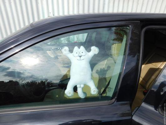 Кот саймон в автомобиль на присосках.
