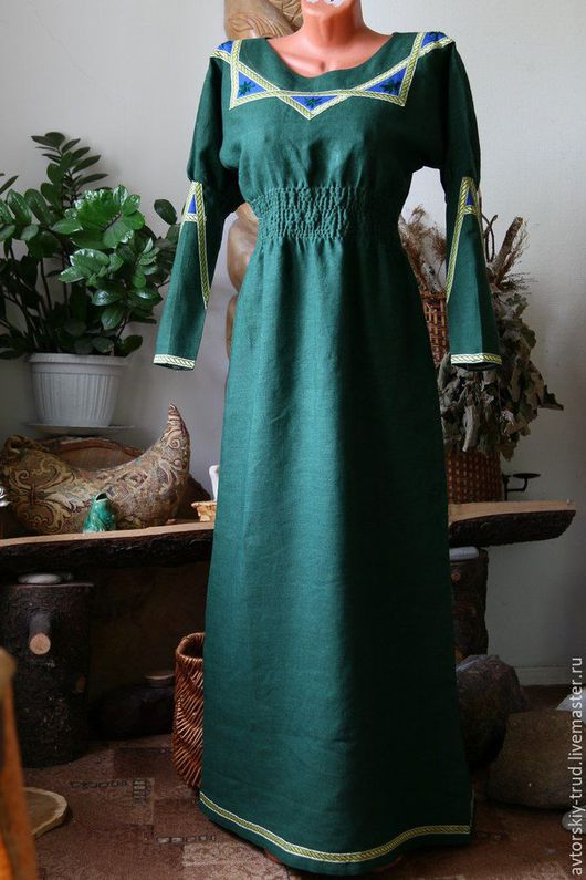 Платье-Велесье. 100%лён!Вышивка ручная- шерстяные цветы. Шьётся на заказ ,по меркам.Все изделия шьются с ластовицами. По желанию отдельно шьётся сумочка мешочек из такой же ткани.100%лён.