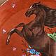 Искусно написанная фигура лошади, красивое сочетание шоколадного и терракотового цветов.