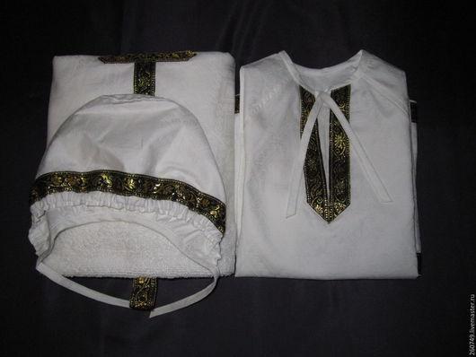 Наборы изготовлены из 100 % х/б ткани – жаккардового сатина.). В наборе три предмета: рубашка – распашонка, чепчик и пеленка - «капюшон», в основу которой вшито махровое полотенце(50 на 90)