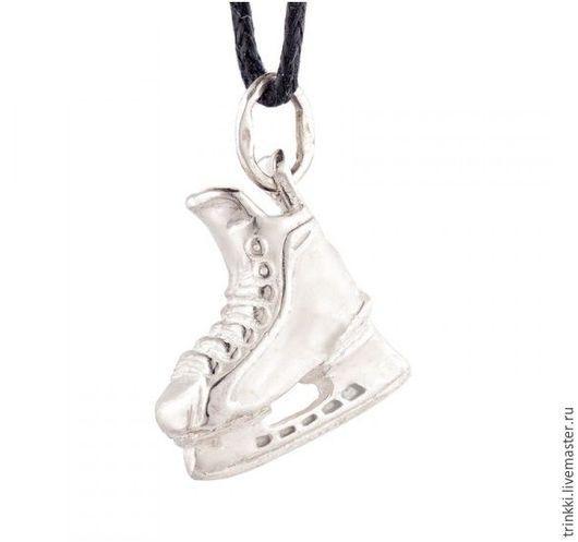 Объемный детализированный кулон в виде хоккейного конька из серебра!