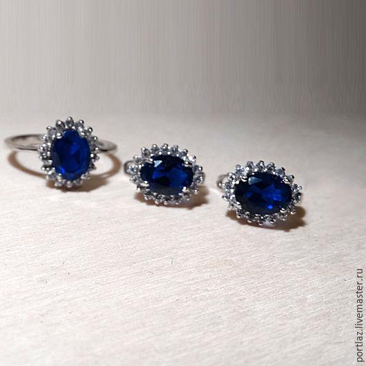 Классический комплект украшений ручной работы - серьги и кольцо с  темно-синим сапфиром и бриллиантовыми фианитами выполнен в стиле помолвочного кольца принцессы Дианы и Кейт Миддлтон.