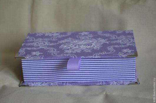 Коробочка - общий вид, похожа на книжку, дно-боковина-крышка представляют собой единое целое. Сама коробочка в полоску, дно-боковина-крышка - цветочный принт.