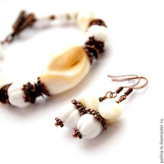 """Браслеты ручной работы. Ярмарка Мастеров - ручная работа. Купить Браслет и серьги """"Белый песок"""" коралл, перламутр. Handmade. Белый"""