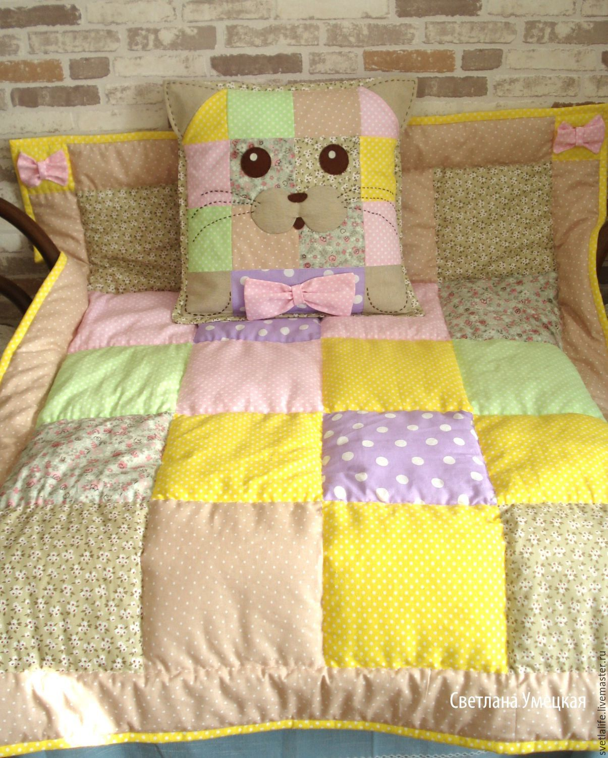 Quilt and pillow for a child up to 2 years.