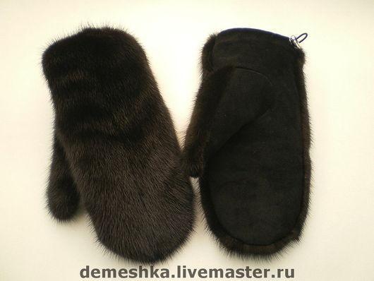Цвет норки тёмно-коричневый, цвет замши чёрный.