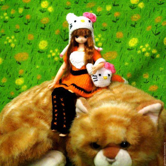 Одежда для шарнирных кукол. Шапочка и сумочка `Hello, Kitty`. Одежда для Azone dolls. Вязаный комплект.