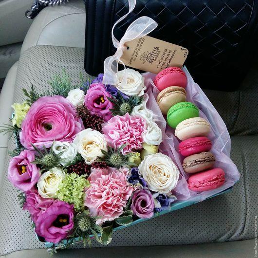 Квадратная коробка с цветами и макаронами