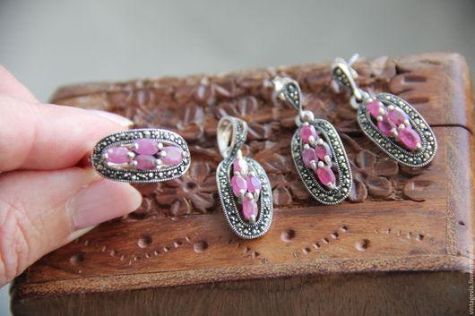 Vintage Via. Комплект `Рубиновый`, серьги, кольцо, подвеска, серебро, рубины, марказиты, Европа, прошлый век.