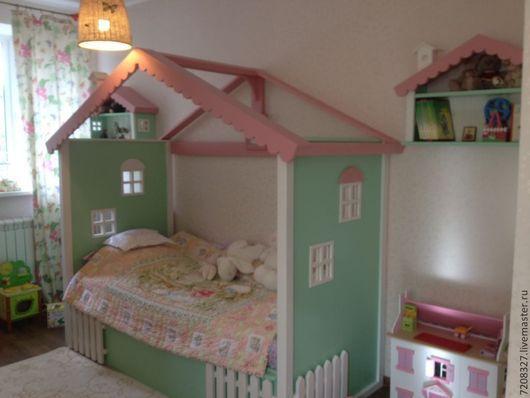 Кровать - домик это сказочное место  для приятных детских сновидений. Оформление балдахином или вуалью придаст теплоту и уют в детской комнате. Различие в цвете и текстуре возможно, благодаря ручной р