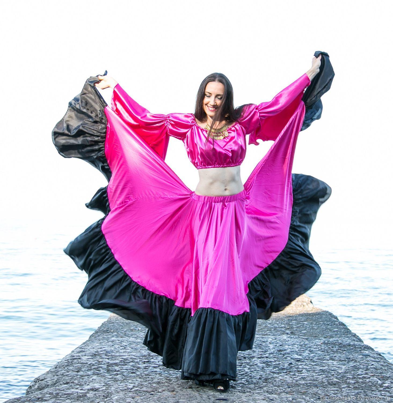 Поэтому для данного стиля характерна зрелищность и красота рисунка танца, который хорошо просматривается с расстояния.