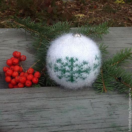 Новый год 2017 ручной работы. Ярмарка Мастеров - ручная работа. Купить Вязаная елочная игрушка Шар на елку со снежинкой. Handmade.