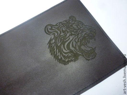 Обложка есть из кожи  шоколадного цвета.  Обложка для паспорта Тигр. Кожаная обложка на паспорт