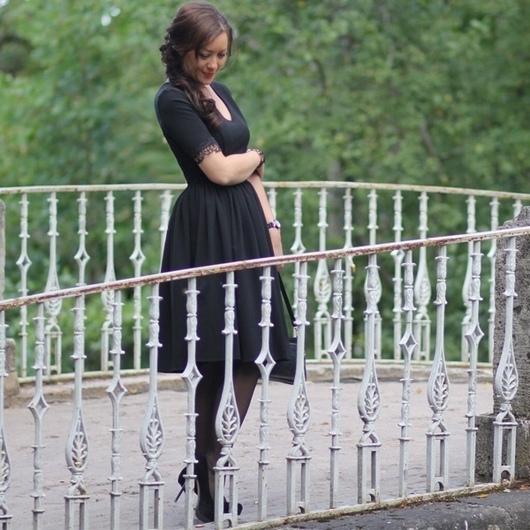 Платье, Платье  нарядное, Платье по колено, Платье дизайнерское, Платье с V-вырезом, Платье с рукавами, Платье с кружевной отделкой, Платье с кружевом, Платье по фигуре, Платье черное, Черное платье, Платье приталенное, Платье на новый год, Купить черное платье, Приталенное платье, Элегантное  платье, Кружевная отделка на рукавах, V вырез на платье, Платье на выход