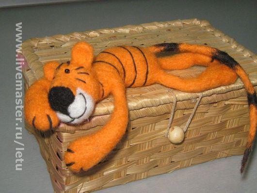 Этот Тигр задумывался как игрушка -пассажир в машину, но он будет хорошо себя чувствовать и просто лежа на полочке.\r\nУ этой игрушки поворачивается голова