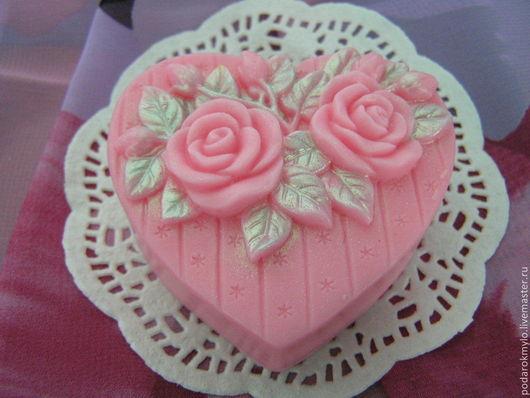 Очень нежное мыло с натуральными розовым маслом и маслом жожоба, подойдет для любого типа кожи.
