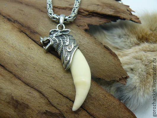 Натуральный (настоящий) белый клык волка в декоративном навершии с изображением головы волка серебро 925 пробы. Ручная работа.