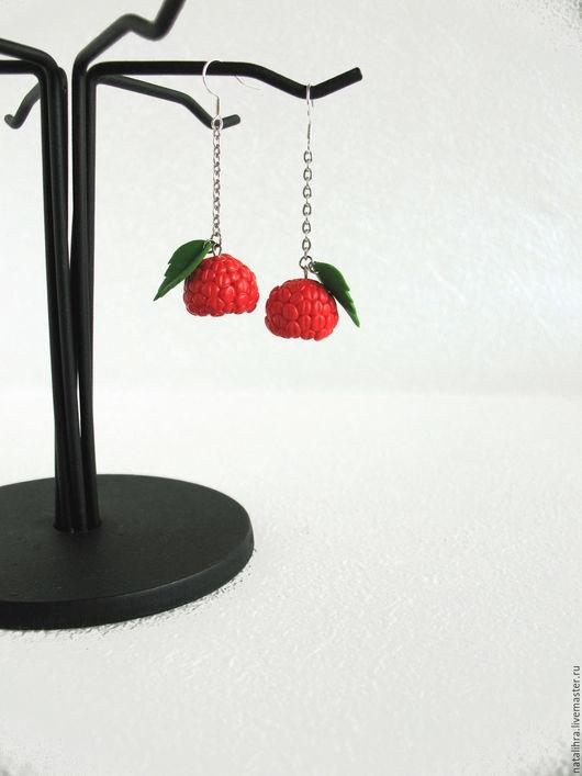 Серьги с ягодой малиной ручной работы. Ярмарка мастеров - ручная работа, handmade. Хендмейд. Красный. Малиновый. Алый. Зеленый. Украшение с ягодами. Серьги с ягодами. Ягоды из полимерной глины.