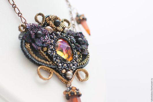 Подвеска `Нюкта` с кристаллами Сваровски и бисерными цветами, черный, красный, бронзовый, бохо, ар деко, модерн, ар нуво, колье с цветами