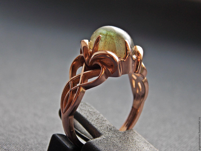Элегантное кольцо `Лунное затмение`  с великолепным лабрадором в золоте.