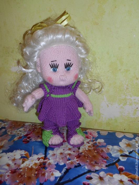 Вязаная кукла рост 25 см может стоять сидеть, ручки и ножки подвижны , волосы парик .