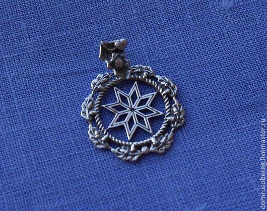 Славянский оберег алатырь – один из самых узнаваемых солнечных символов в мире. Как и любой другой оберег, это энергетически мощный, талисман, который защищает человека от жизненных невзгод и болезней