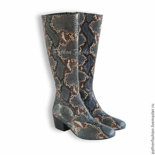 Сапоги из кожи питона. Легкие сапоги из кожи питона на молнии. Сапоги на низком каблуке. Женская обувь из питона ручной работы. Женские сапоги из кожи питона. Модные сапоги из кожи питона на заказ.
