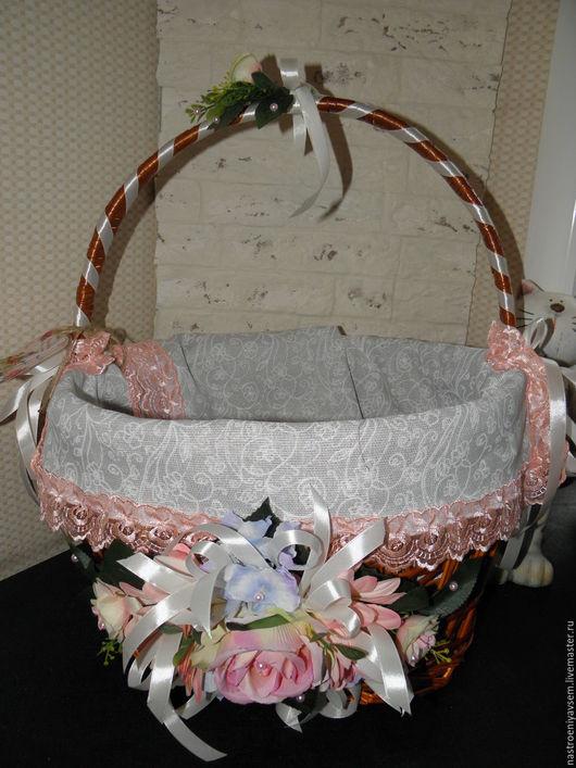 Корзина из лозы со съемным чехлом салфеткой и цветочной композицией.
