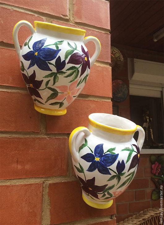 Настенный цветочный горшок `Фантазийные цветы. Клематисы`. Керамика, глазурь, высокотемпературный обжиг