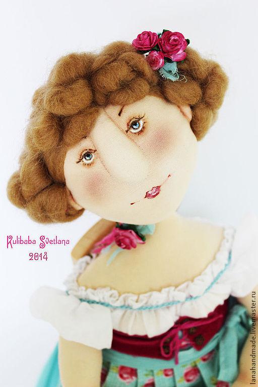 Высота куклы 45 см. Стоит и сидит с опорой. Подставка прилагается. Материалы: хлопок, шерсть, масляная роспись, бумажные цветы.