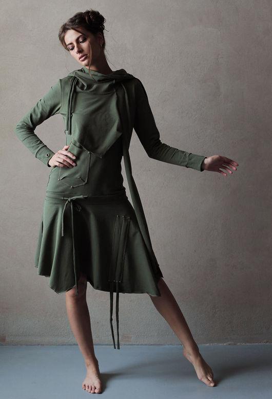 Неординарный крой, декоративные элементы,- имитационная жилетка, накладной элемент в верхней части платья, заниженная талия на кулиске, скрывающая недостатки фигуры, драпирующаяся юбка, уютный капюшон