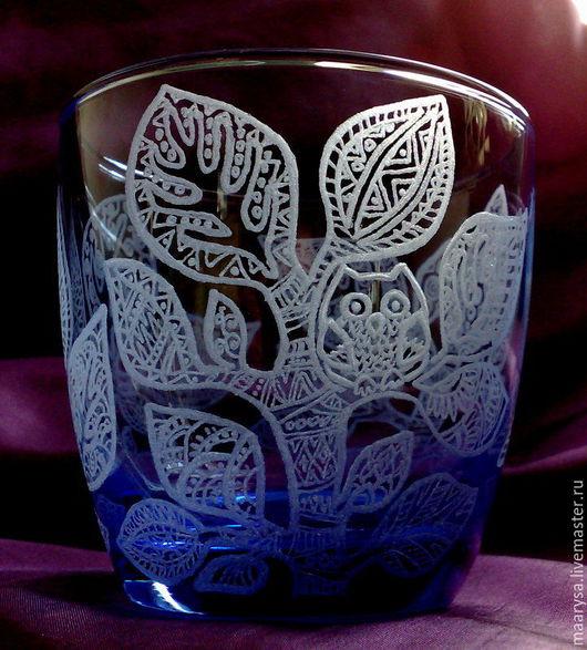 Расписанный с помощью ручной алмазной гравировки стеклянный стакан для холодных напитков.