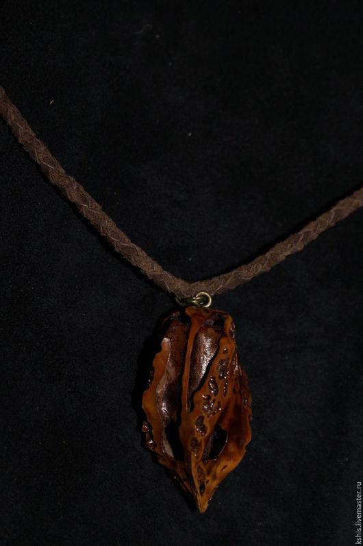 Кулон `Пламя`. Крупный цельный орех, плетёный кожаный шнур коричневый.  Длина шнура 75 см., орех 5 х 2,7 см.
