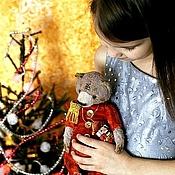 Куклы и игрушки ручной работы. Ярмарка Мастеров - ручная работа Новогодний мишка со щелкунчиком. Коллекционный медведь тедди новый год. Handmade.