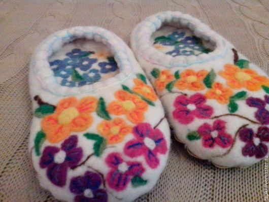 Обувь ручной работы. Ярмарка Мастеров - ручная работа. Купить Домашние тапочки из войлока Цветы. Handmade. Тапочки ручной работы