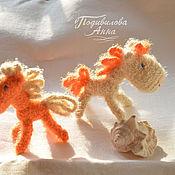 Лошадка-пушистик,вязаная игрушка,амигуруми,слингоигрушка,конь