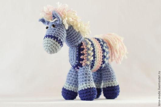 Вязаная игрушка лошадка. Хороший подарок девочке 4-8 лет (и больше) лет на день рождения. Прекрасный подарок мальчику на любой случай. Авторская вязаная игрушка крючком купить.