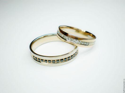 Комбинированные обручальные кольца из белого и розового золота с белыми и чёрными бриллиантами.