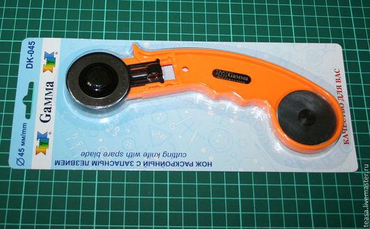 Нож дисковый раскройный с запасным лезвием, 45 мм - 569 руб. Можно кроить несколько слоев ткани одновременно. Gamma