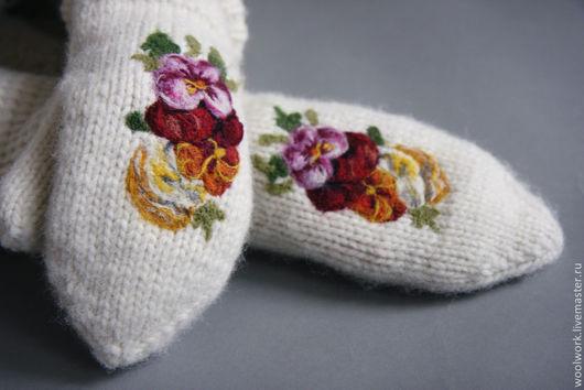Белые   шерстяные варежки  ручной работы   цветы на варежках   подарок для женщины подарок девушке подарок на новый год варежки женские  сухое валяние. WW